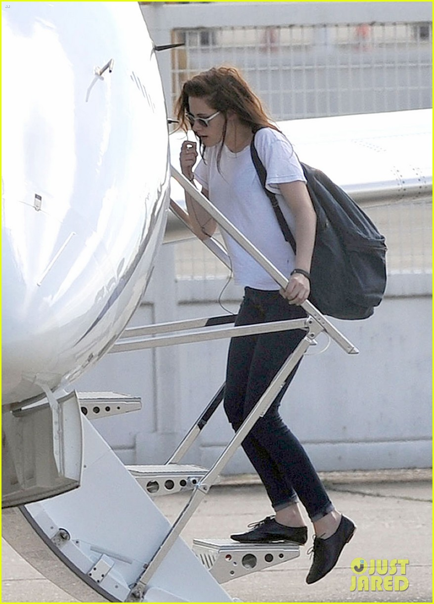 kristen stewart charlize theron private plane paris 09