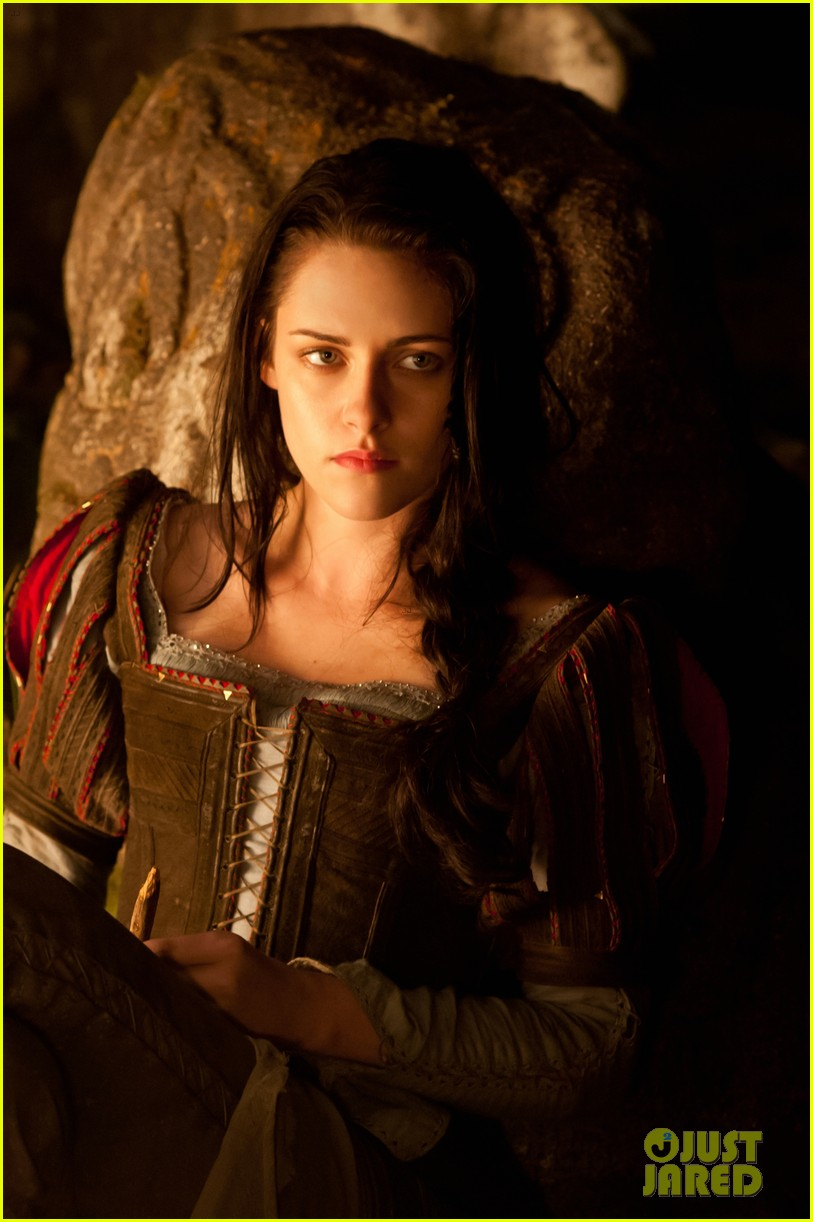 kristen stewart charlize theron new snow white stills 01