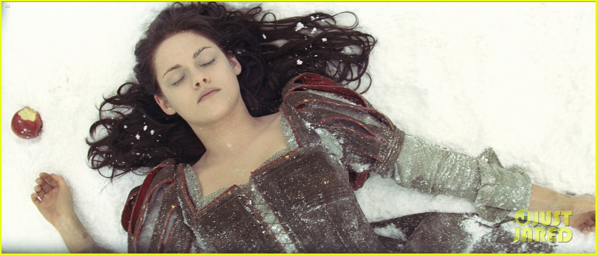 kristen stewart charlize theron new snow white stills 21