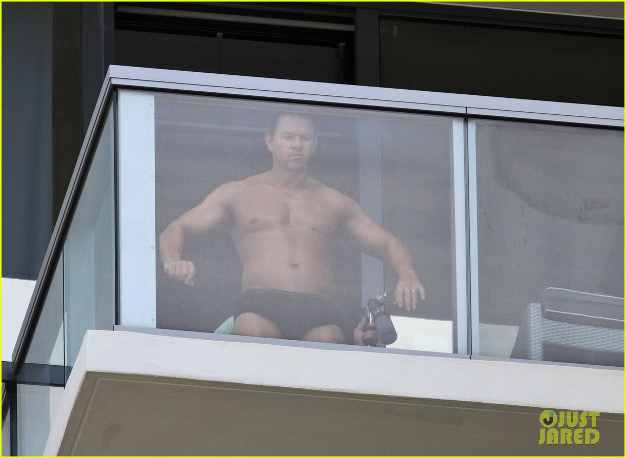 mark wahlberg shirtless spray tan 06