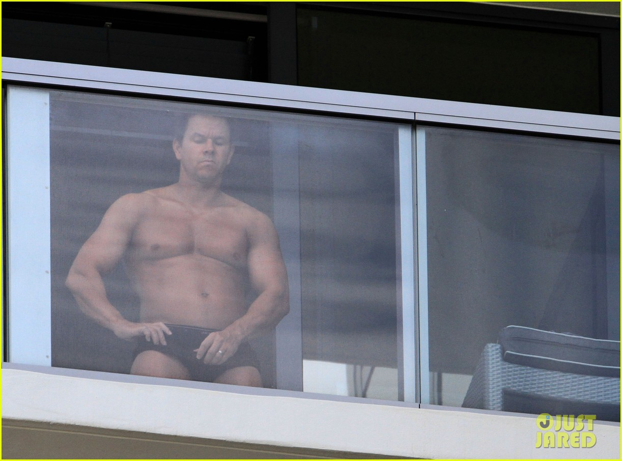 mark wahlberg shirtless spray tan 07