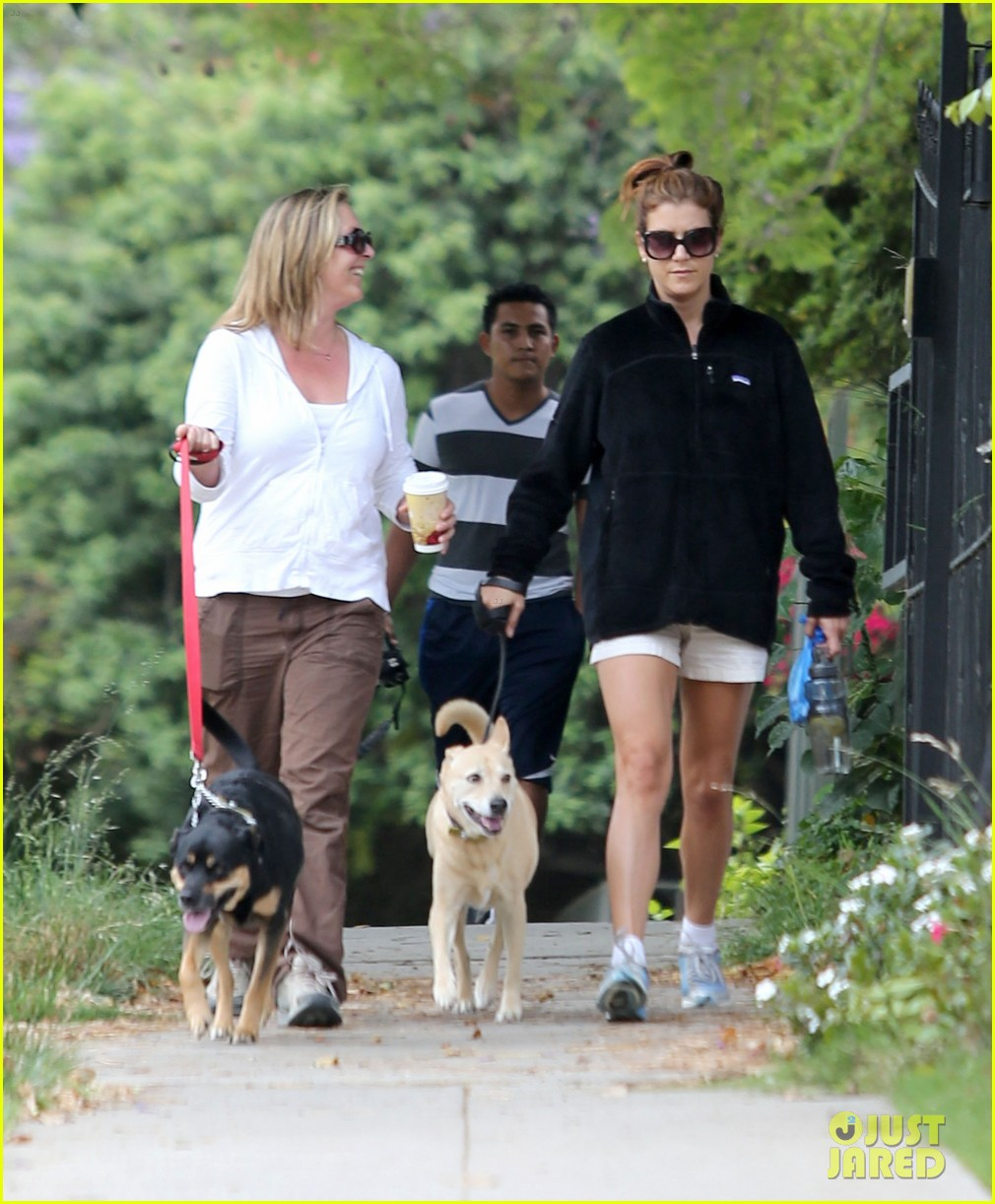 kate walsh walking her dogs 05