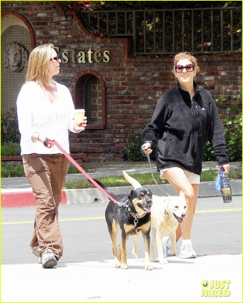 kate walsh walking her dogs 06