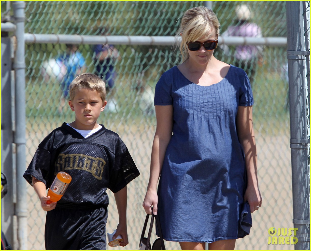 pregnant reese witherspoon cheers on deacon 20
