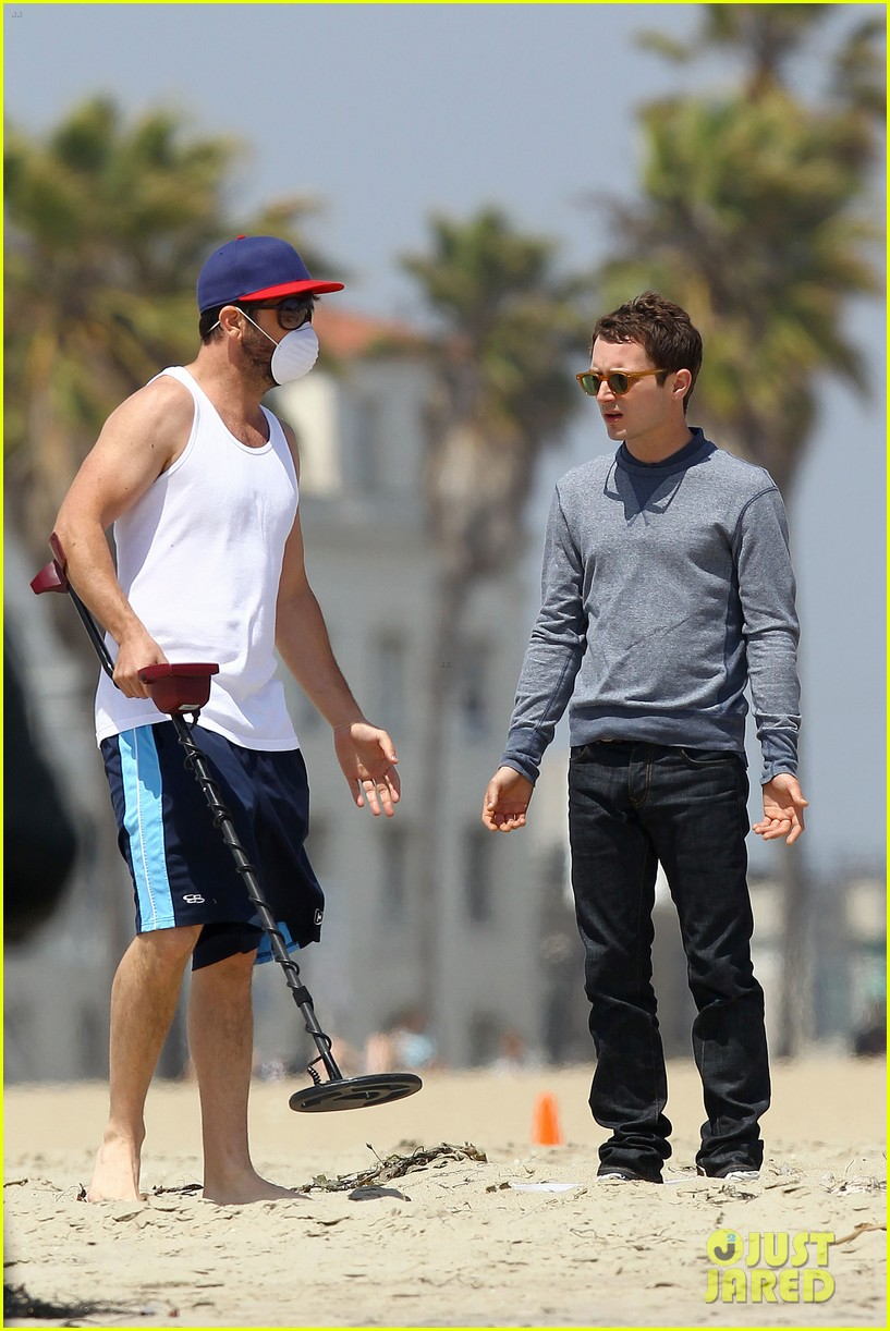 elijah wood wilfred at the beach 17