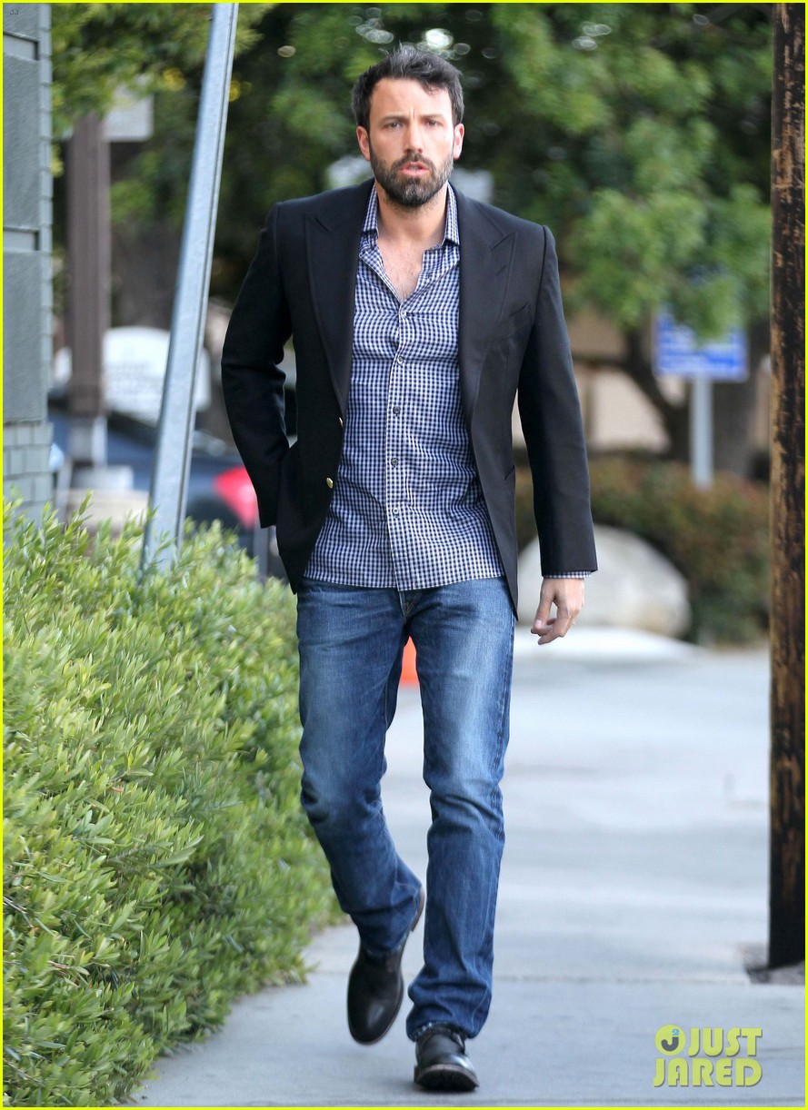 ben affleck solo stroll on anniversary 07