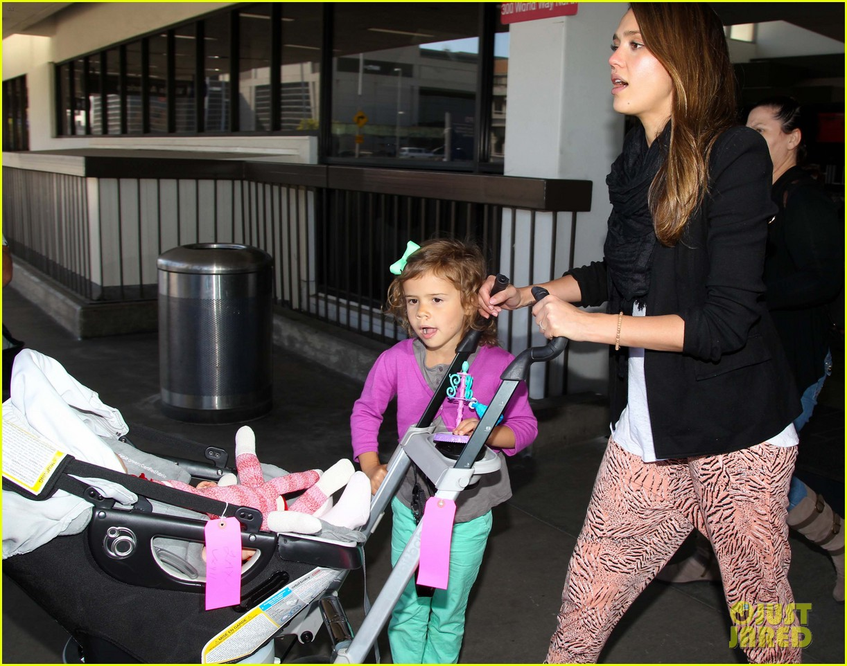jessica alba airport with the girls 03