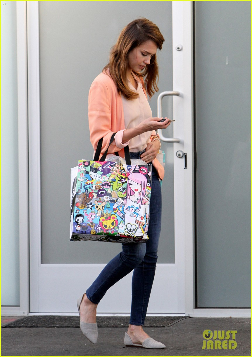 jessica alba leaving office 06