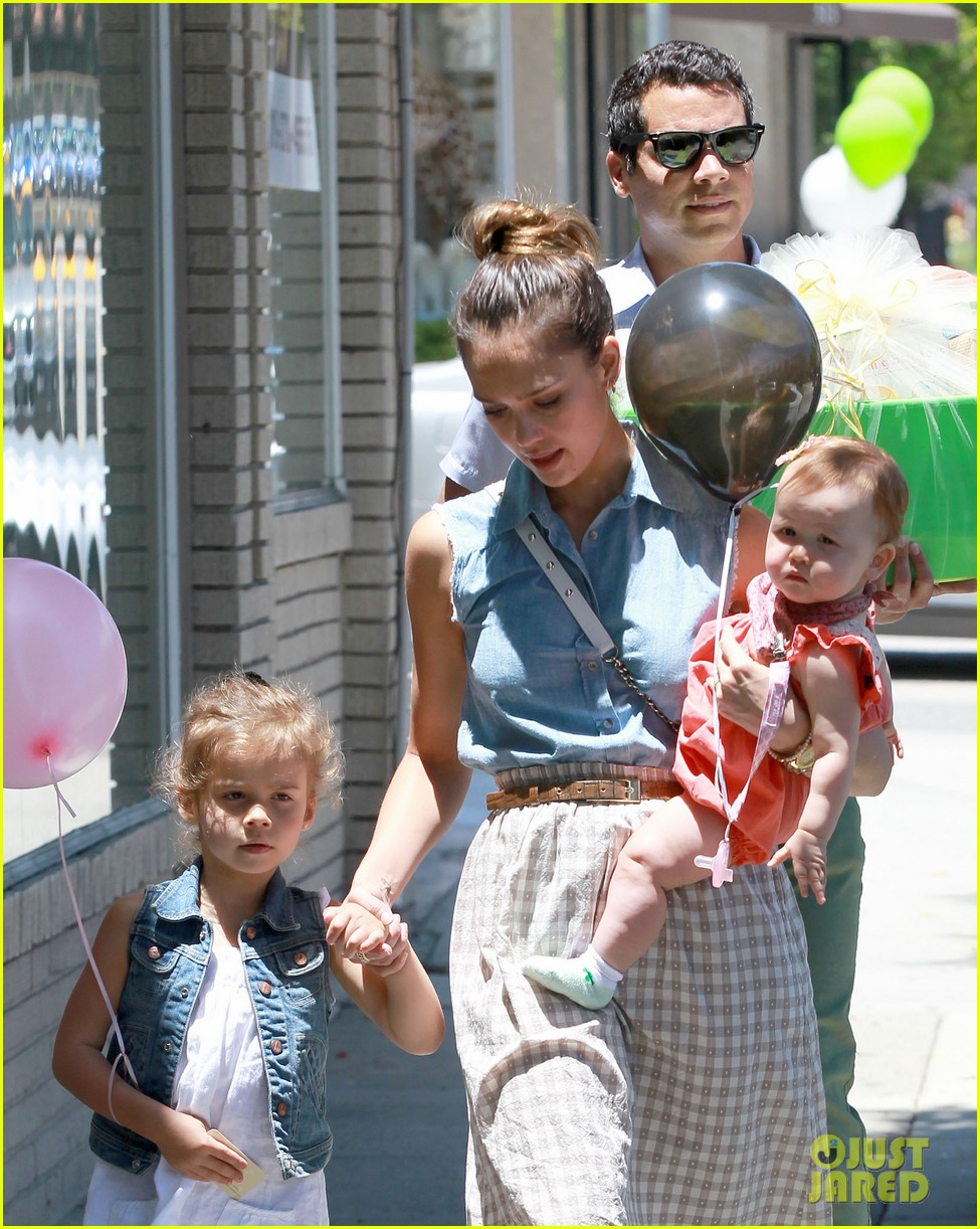 jessica alba saturday family outing 01
