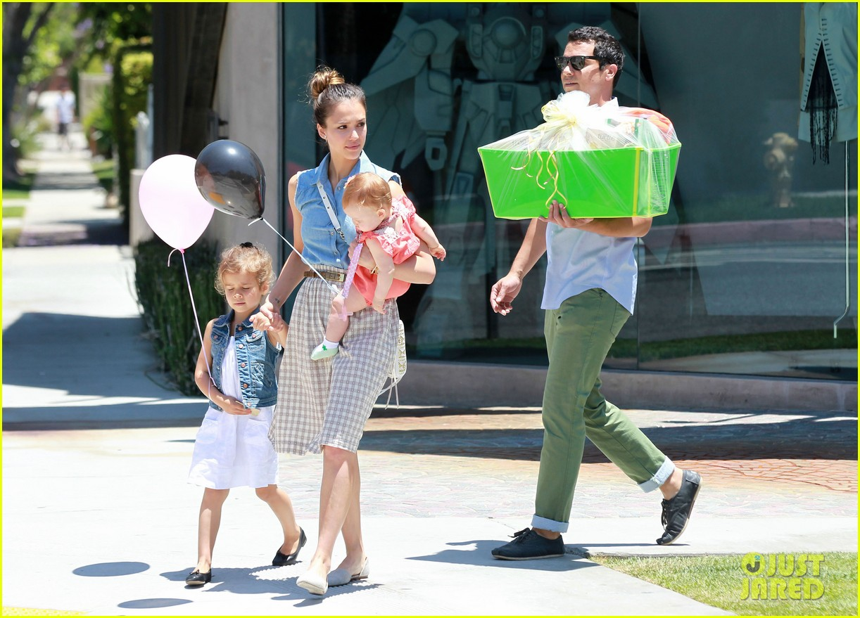 jessica alba saturday family outing 02