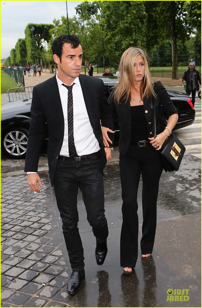 jennifer aniston justin theroux eiffel tower 01