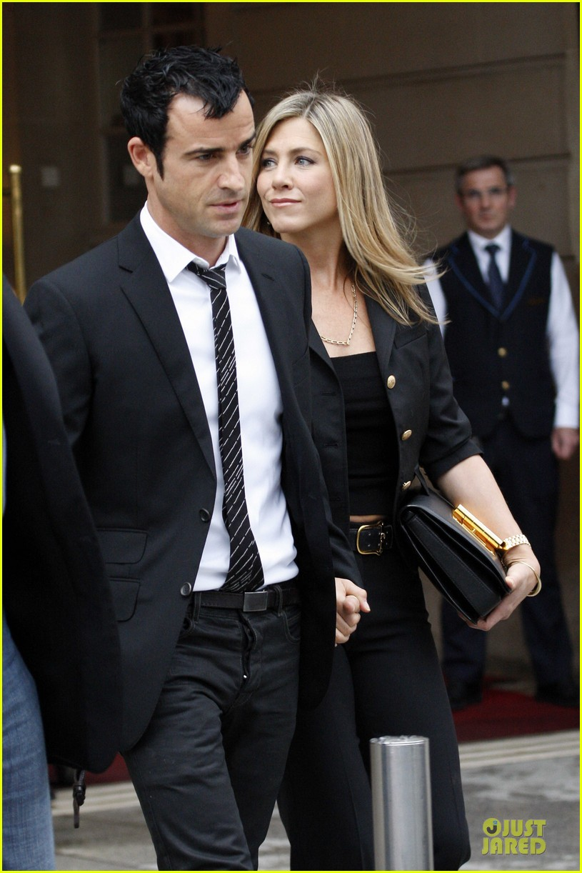 jennifer aniston justin theroux eiffel tower 02