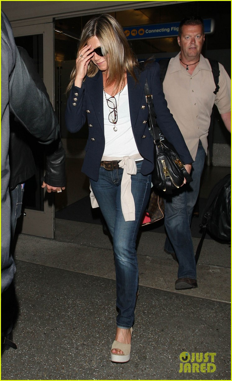 jennifer aniston justin theroux lax airport 102679406