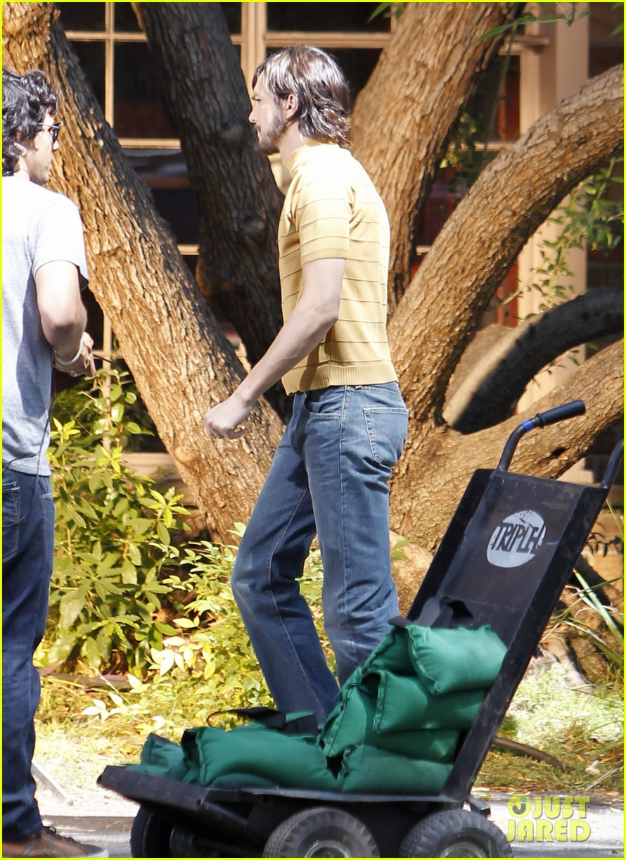 ashton kutcher stripes on jobs set 08