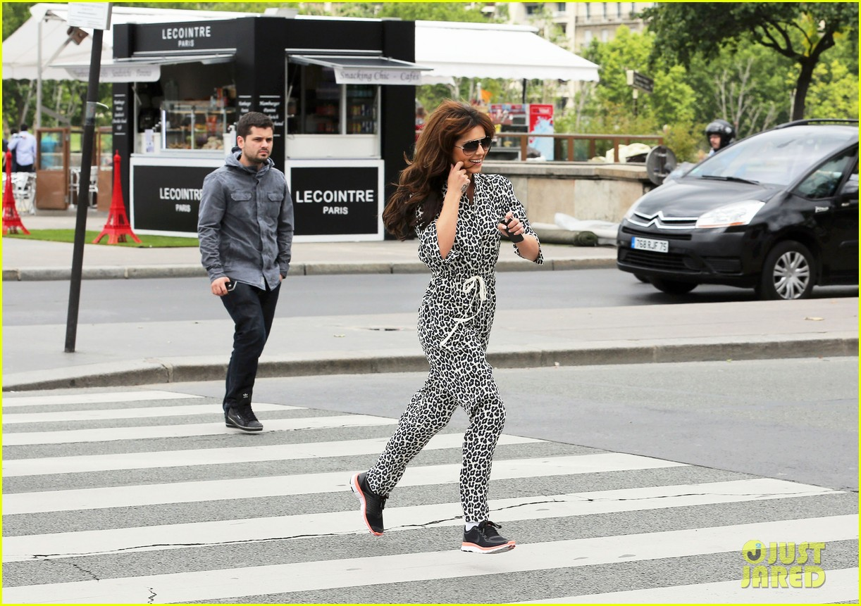 cheryl cole sightseeing in paris 14