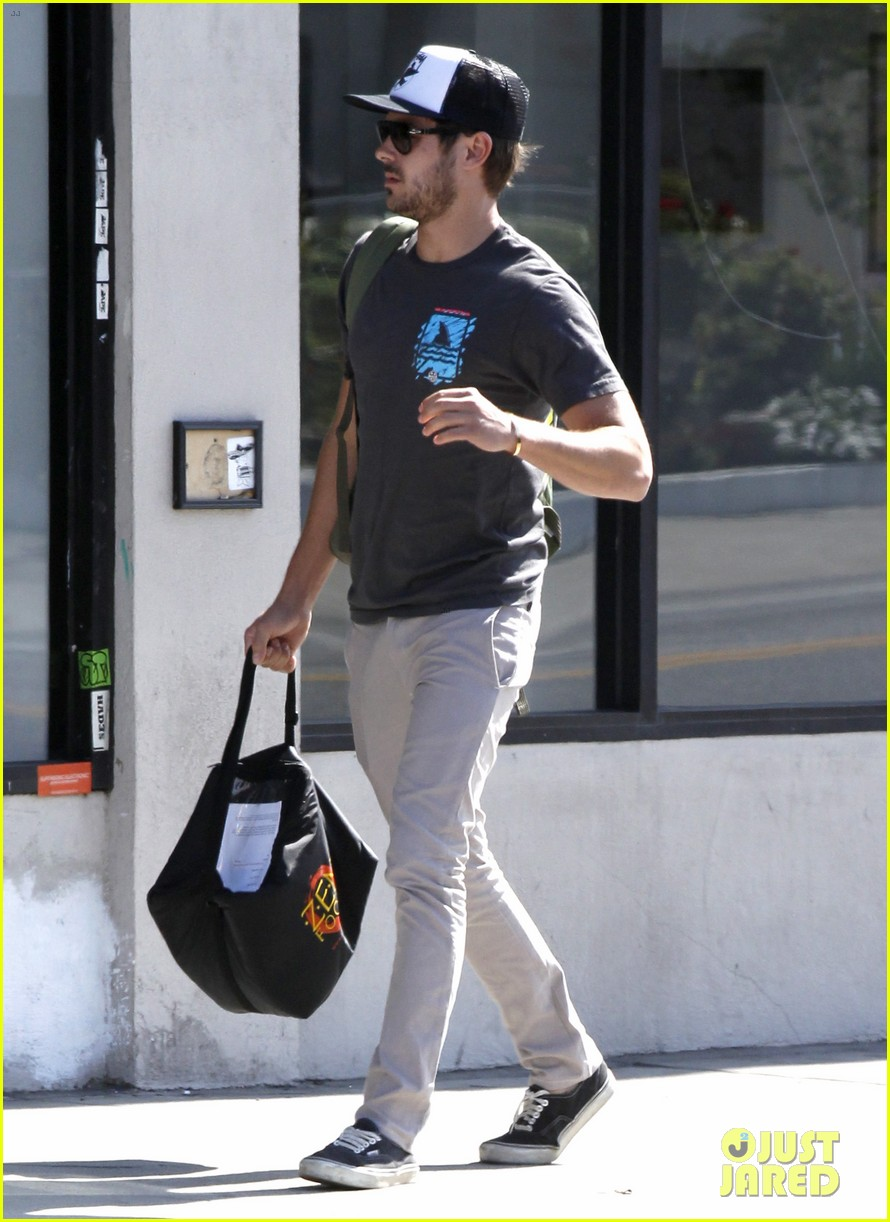 zac efron west hollywood stroll 12