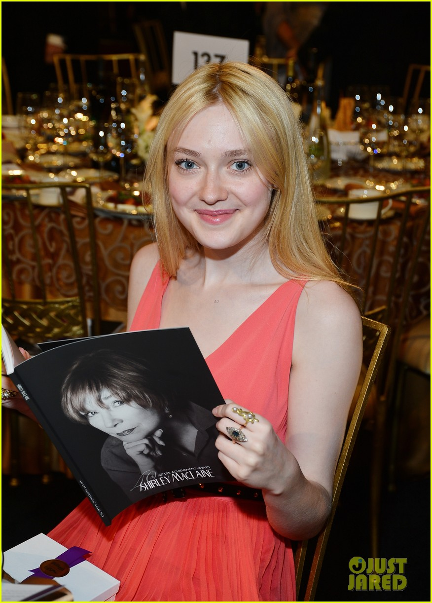 dakota fanning afi awards with julia roberts 02