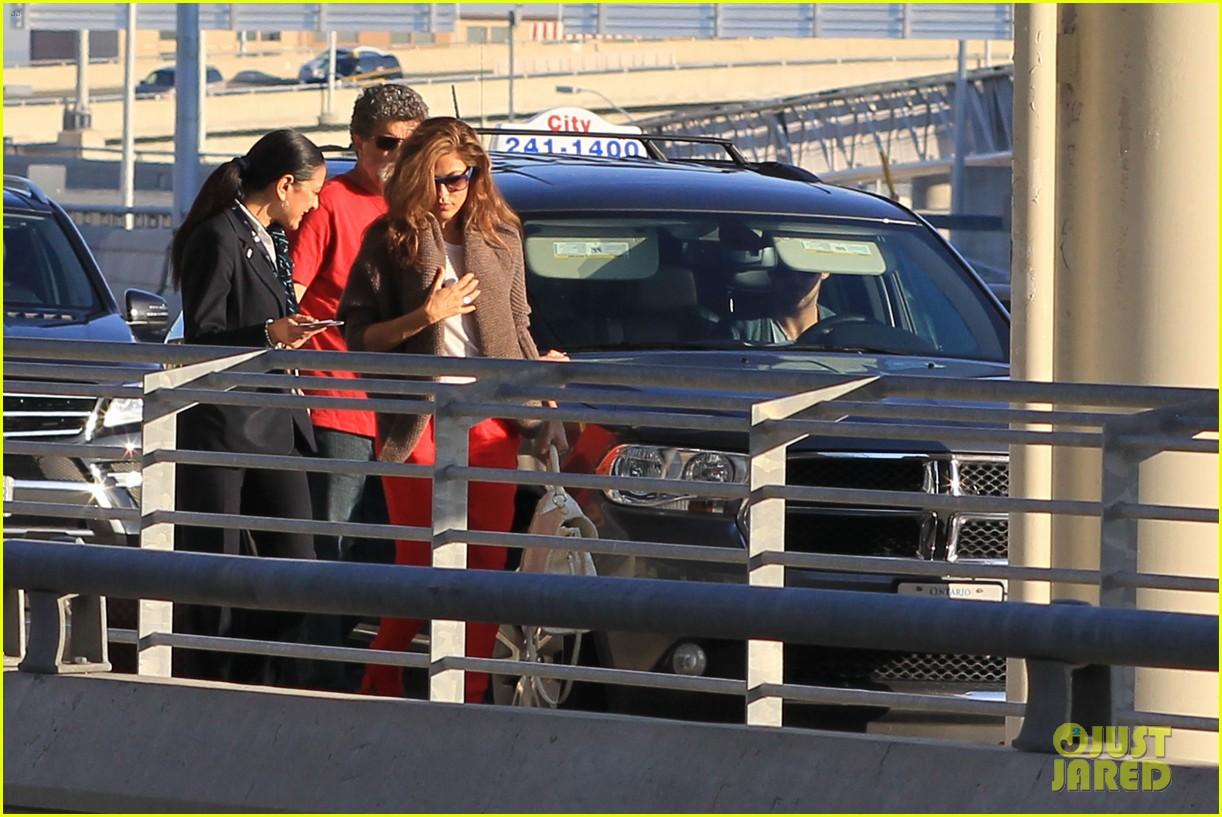 ryan gosling eva mendes canada airport 12