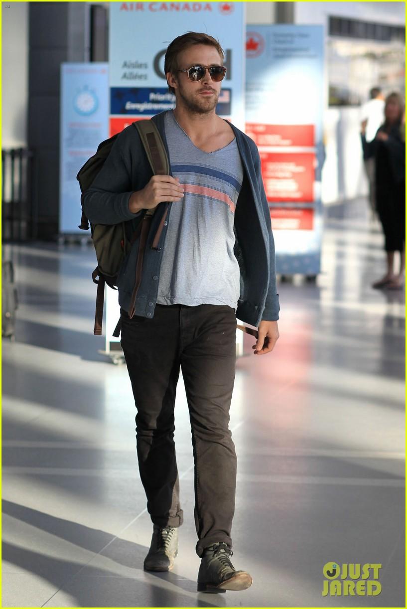 ryan gosling eva mendes canada airport 16
