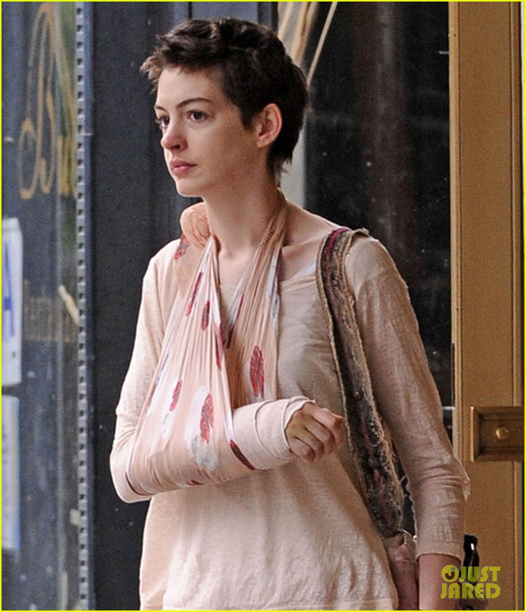 anne hathaway shopping with adam 04