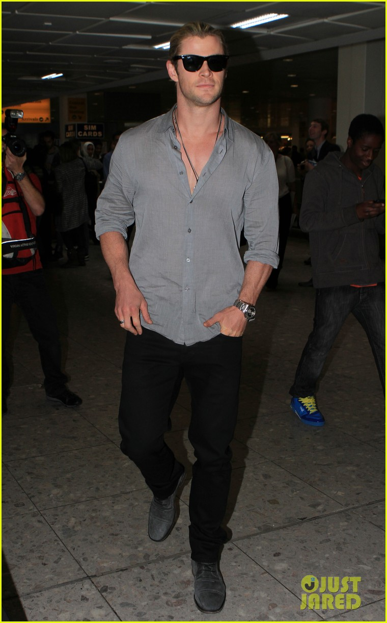 chris hemsworth landing in london 09