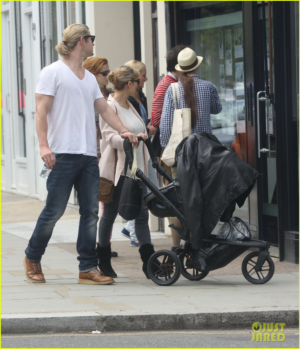 chris hemsworth bumps into pregnant sienna miller 07