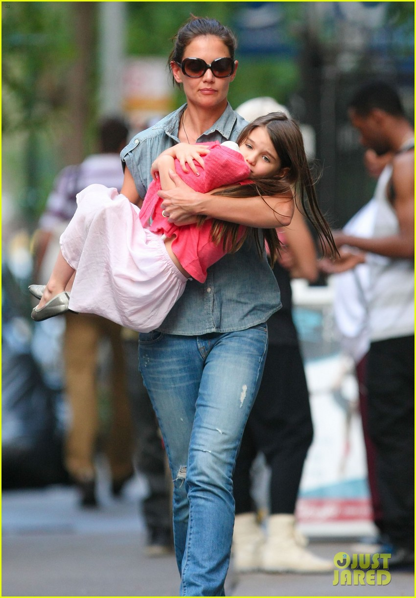 katie holmes suri monday afternoon stroll 082679480