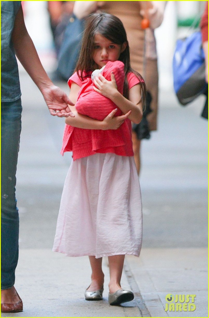 katie holmes suri monday afternoon stroll 11