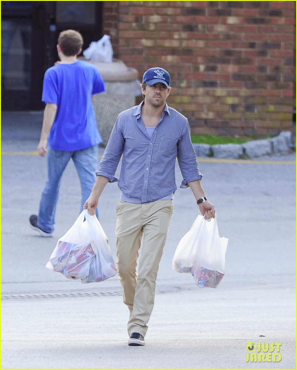 blake lively ryan reynolds grocery shopping couple 11