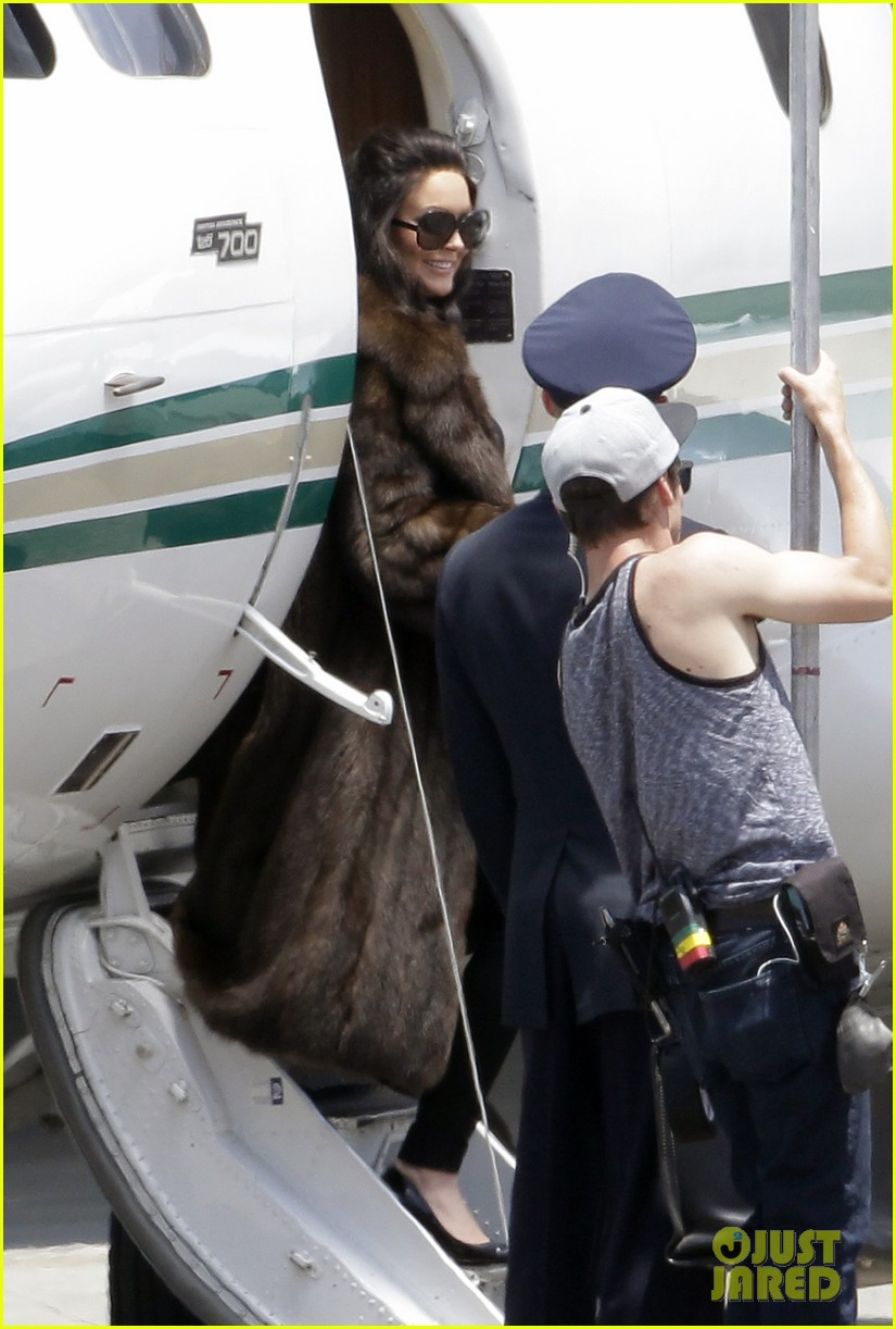 lindsay lohan fur on airplane 02