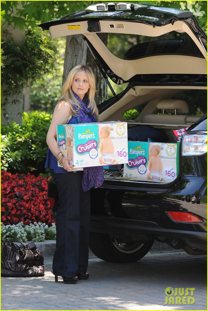 sarah michelle gellar piles up the pampers 02