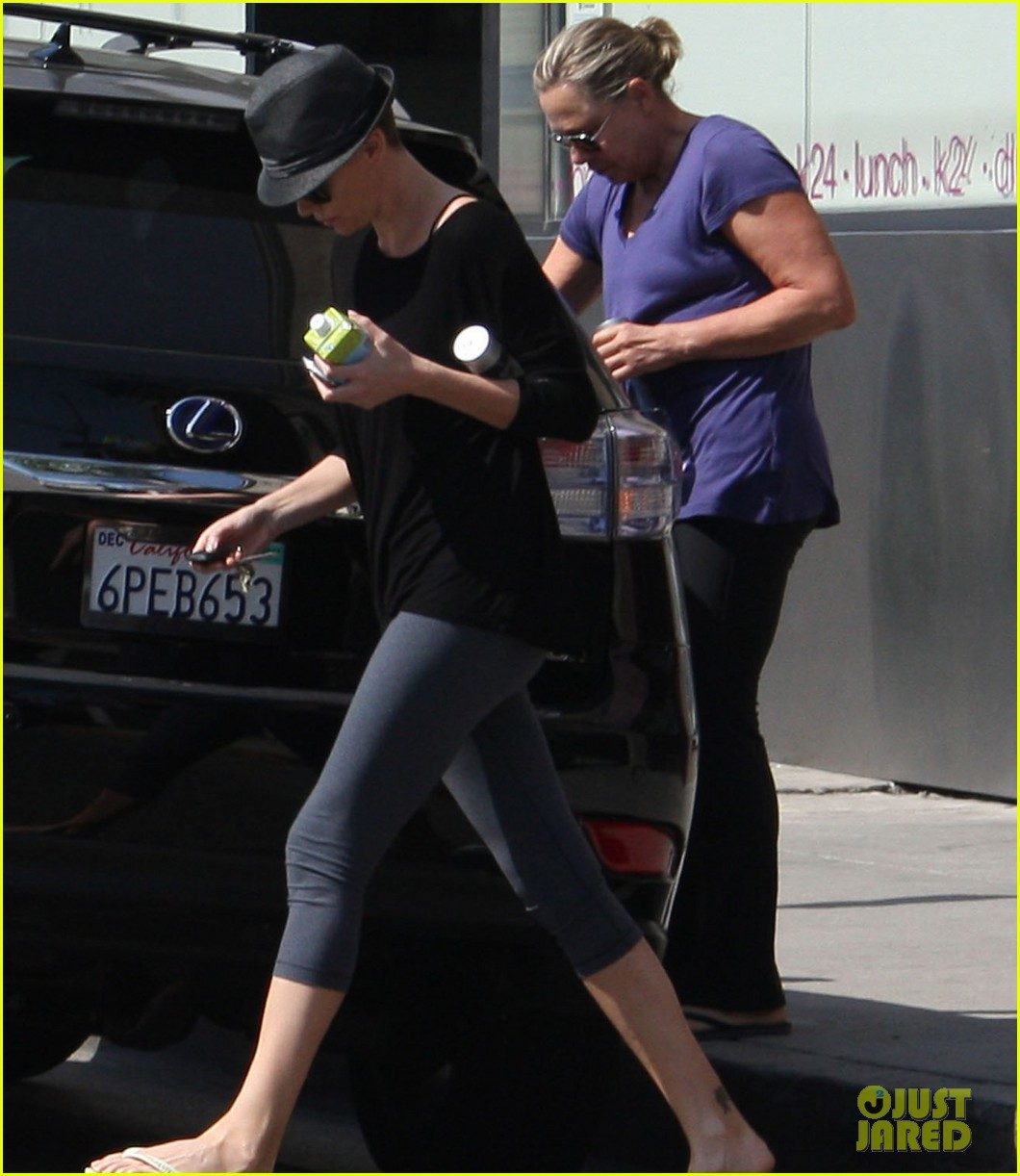 charlize theron sushi park lunch stop 02