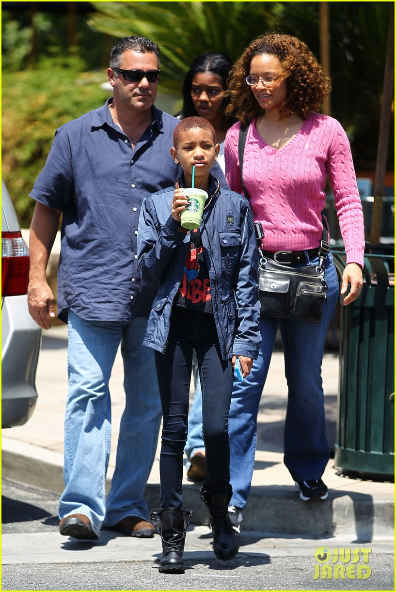 willow smith starbucks stop 01