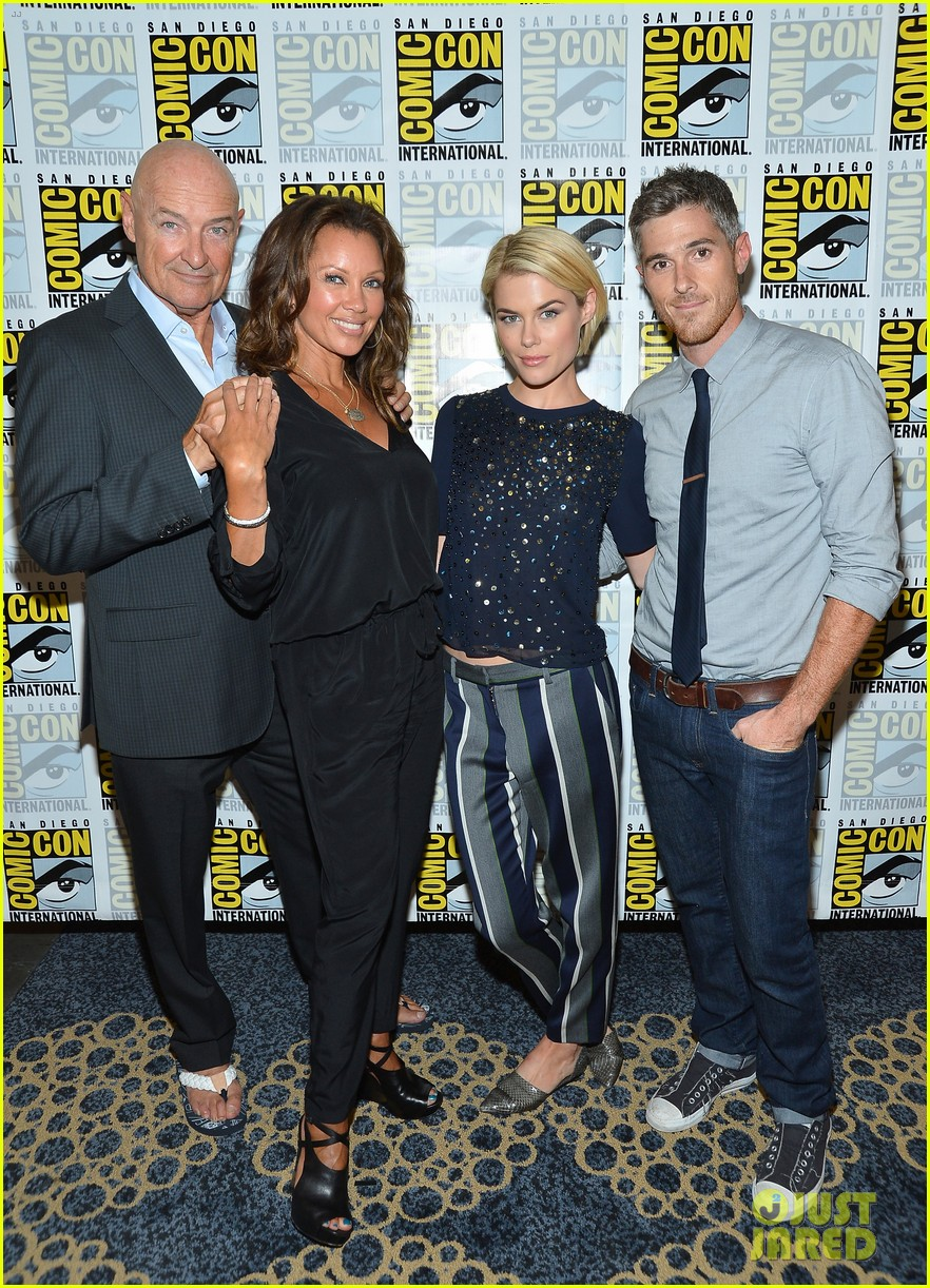 dave annable rachael taylor 666 park avenue at comic con 032687518
