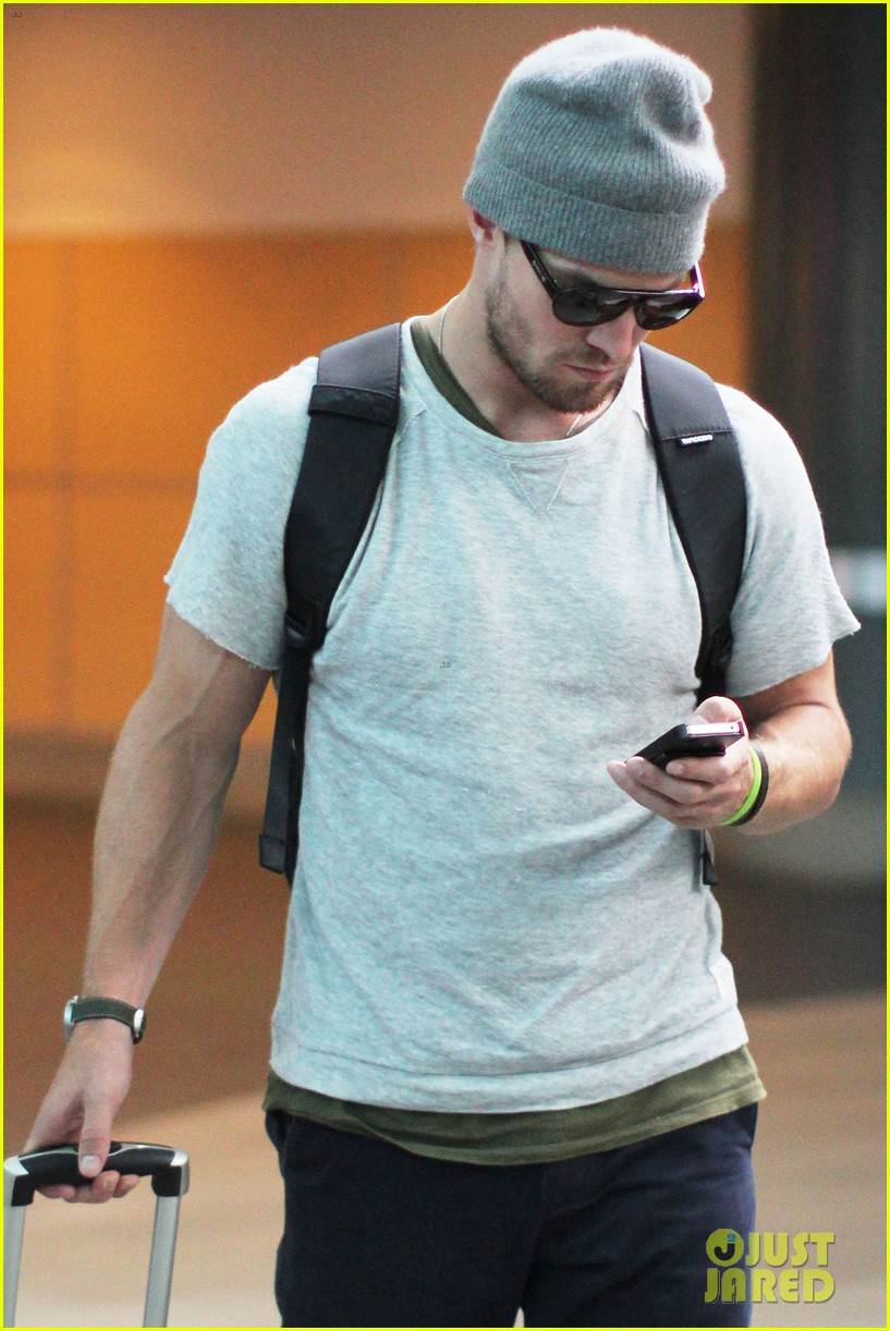 stephen amell back to vancouver after comic con 02