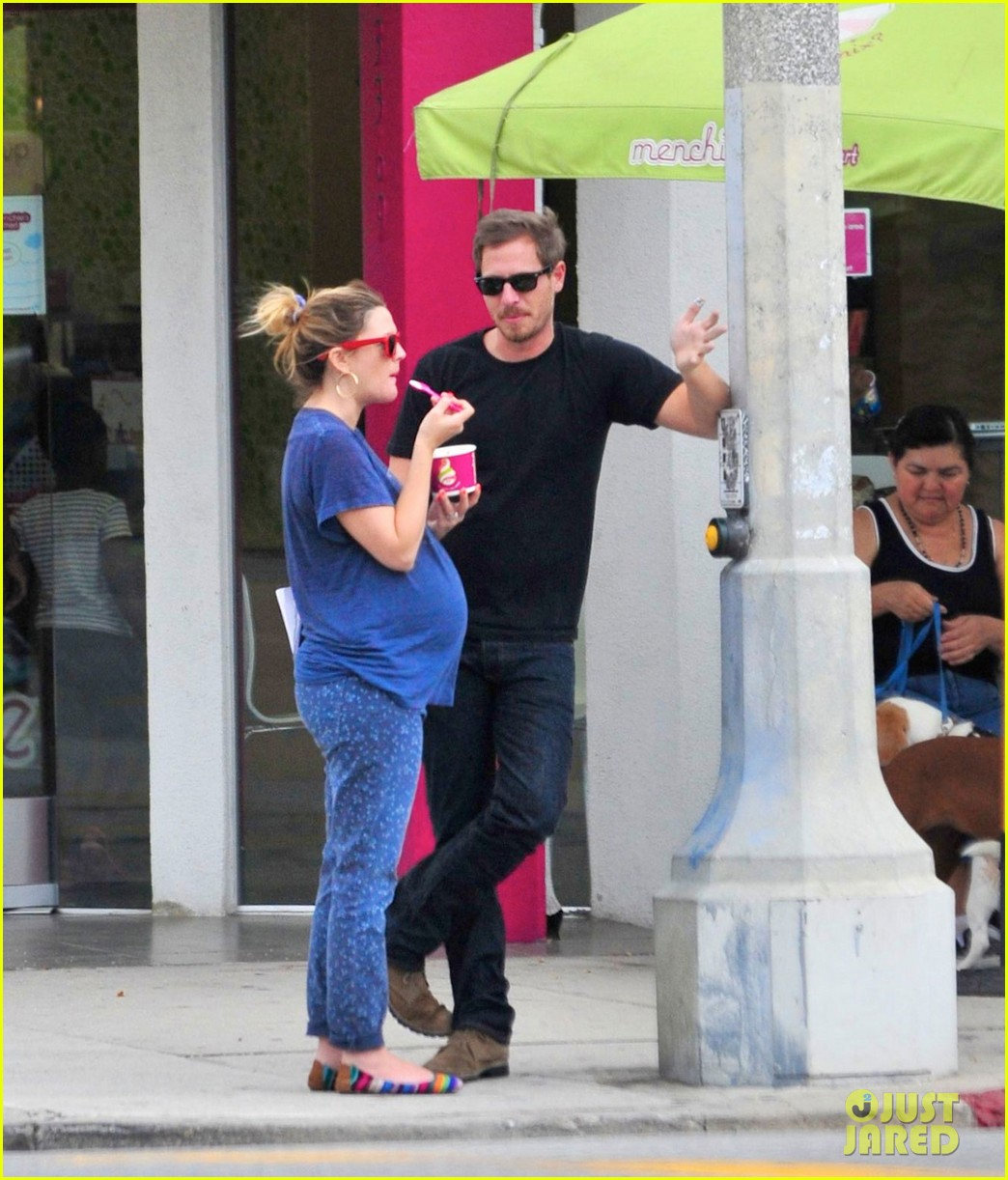 drew barrymore baby bump at menchies