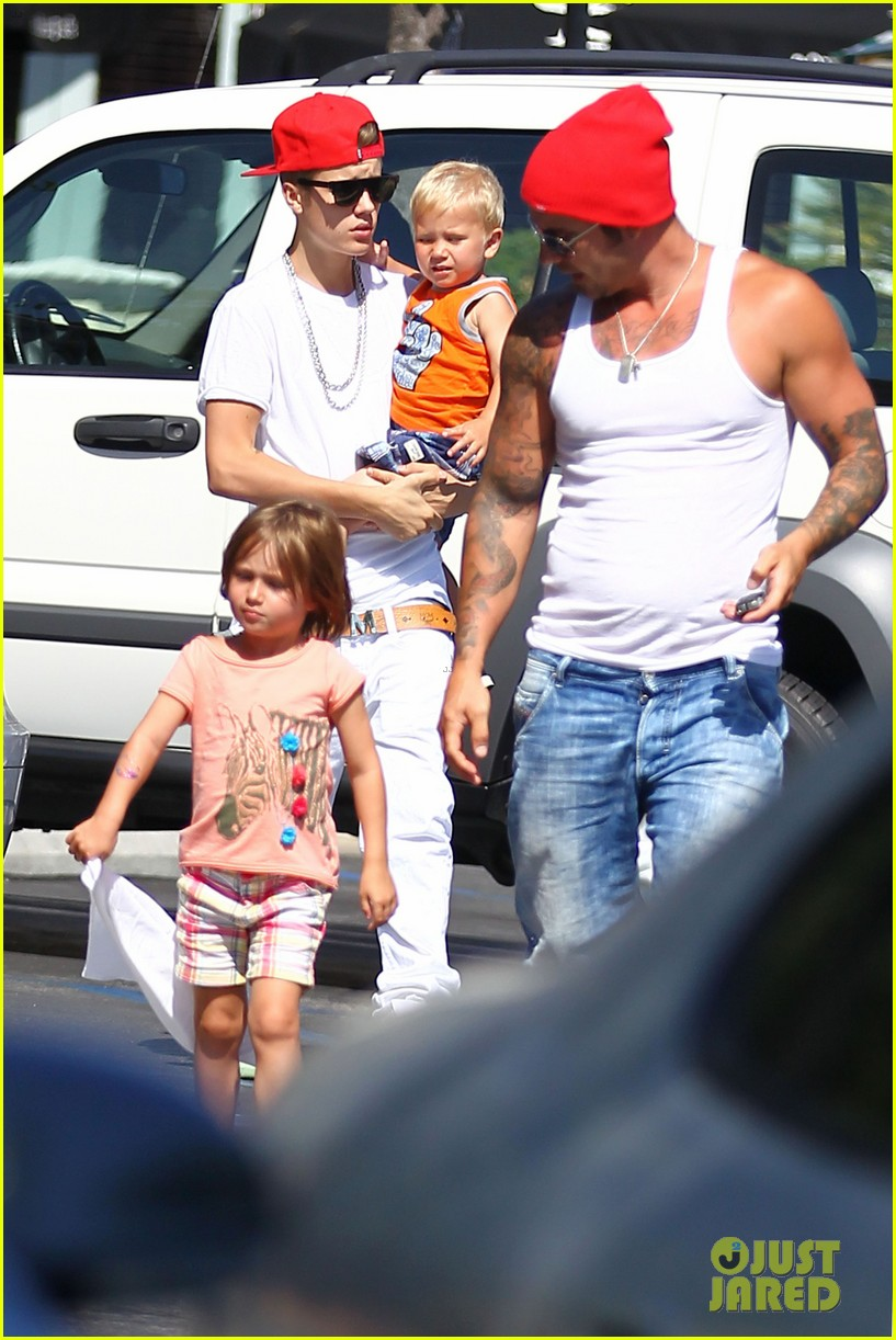 justin bieber kings fish house with dad and siblings 13
