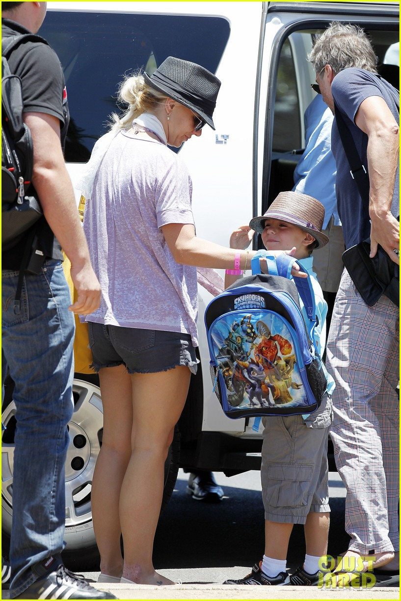 britney spears leaving hawaii 042684096