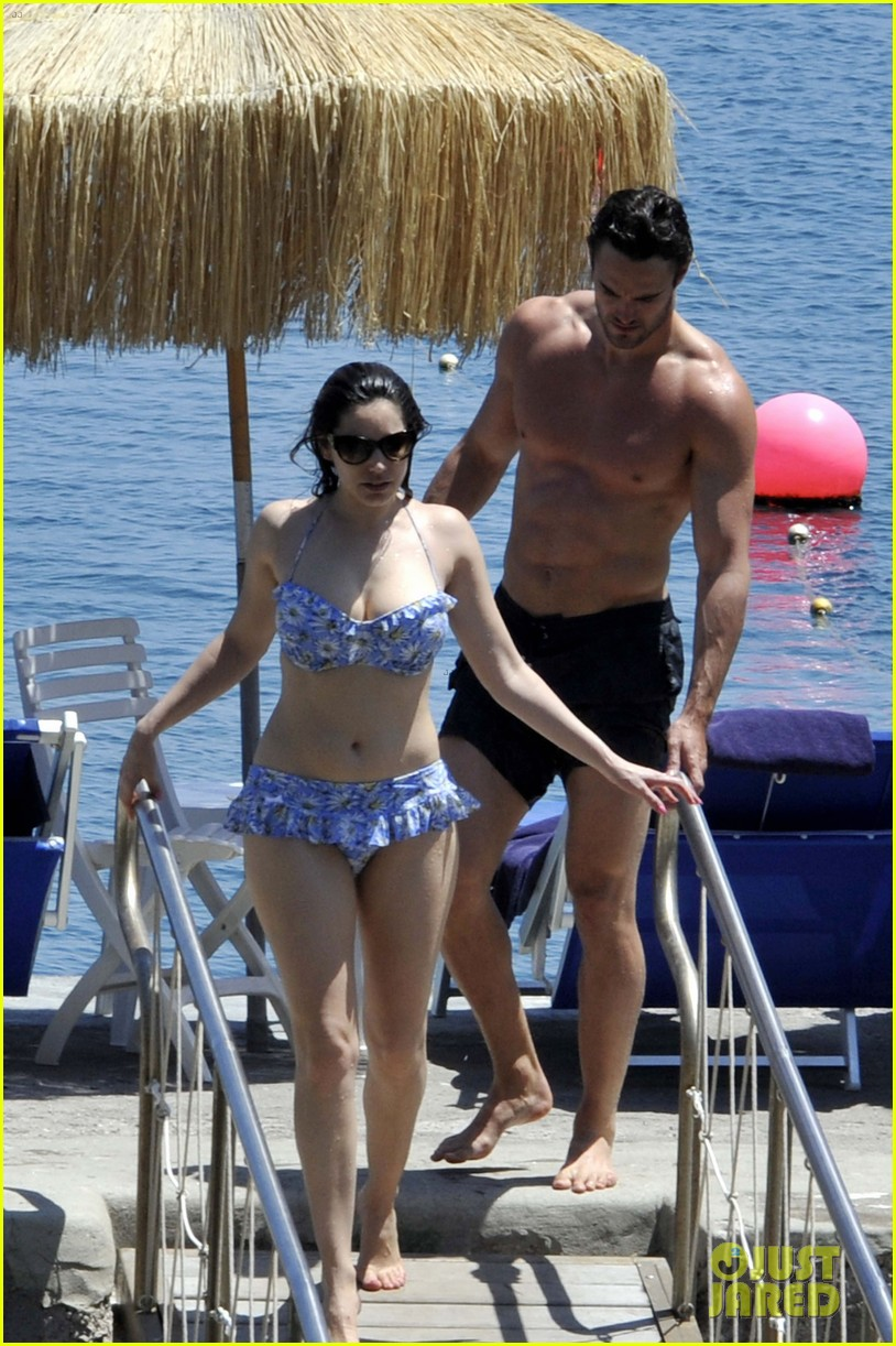 bikini clad kelly brook kisses shirtless thom evans in ischia 01