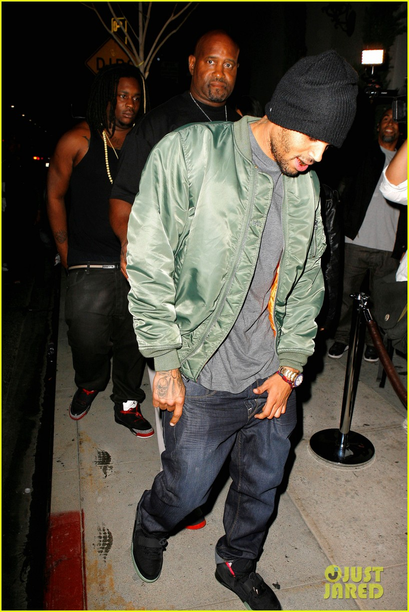 chris brown grills out at av nightclub 132682395