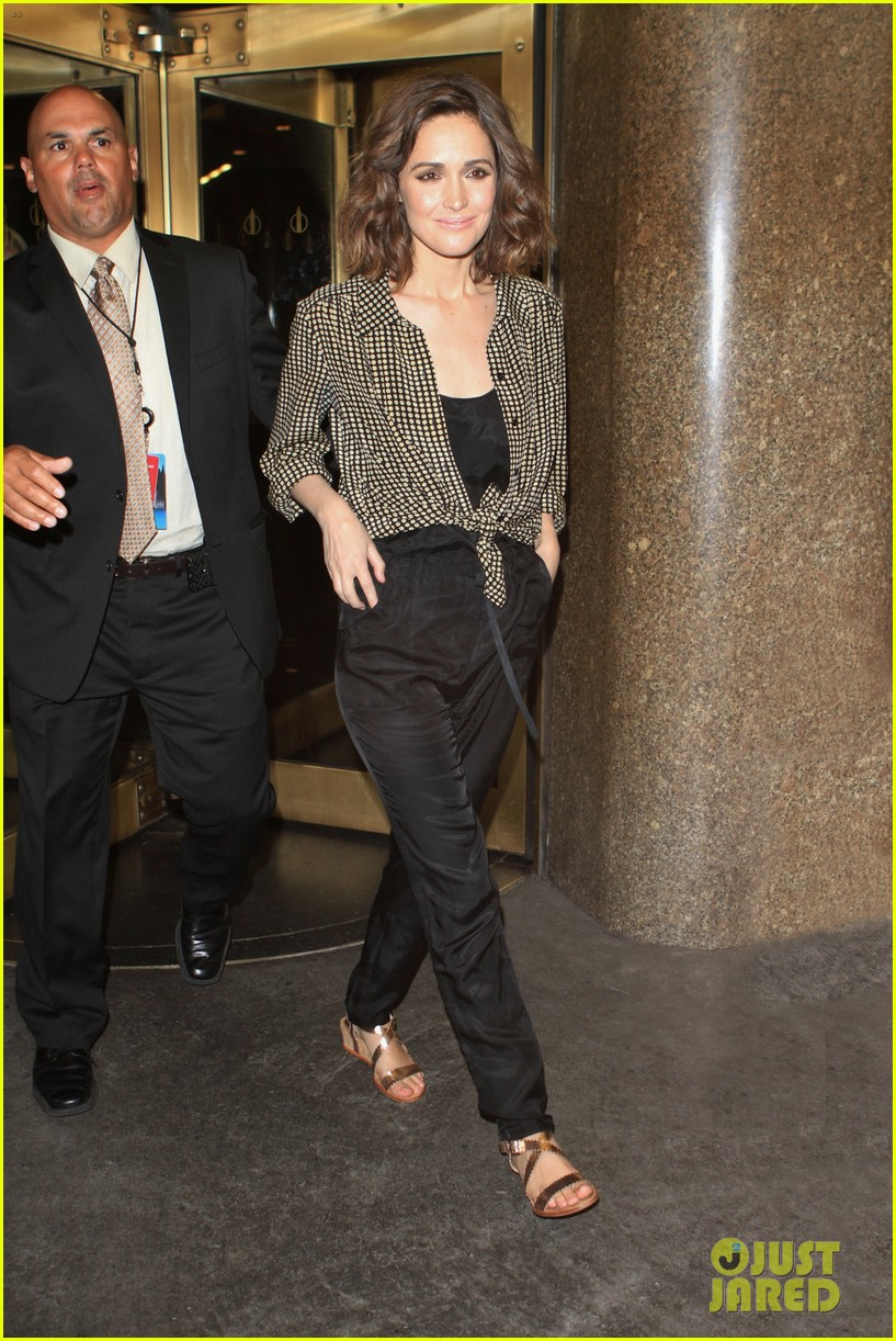 rose byrne late night with jimmy fallon visit 04