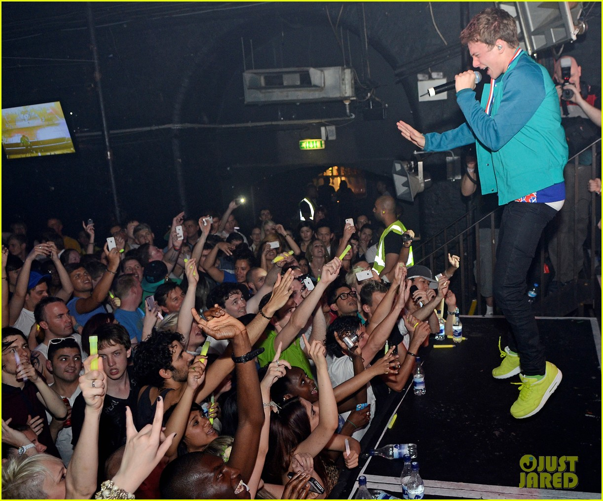 conor maynard gay bar performance 02