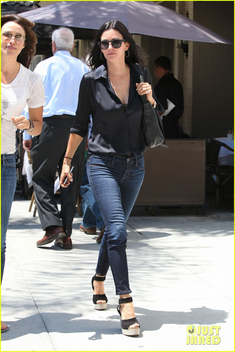 courteney cox lunch with gal pal 01