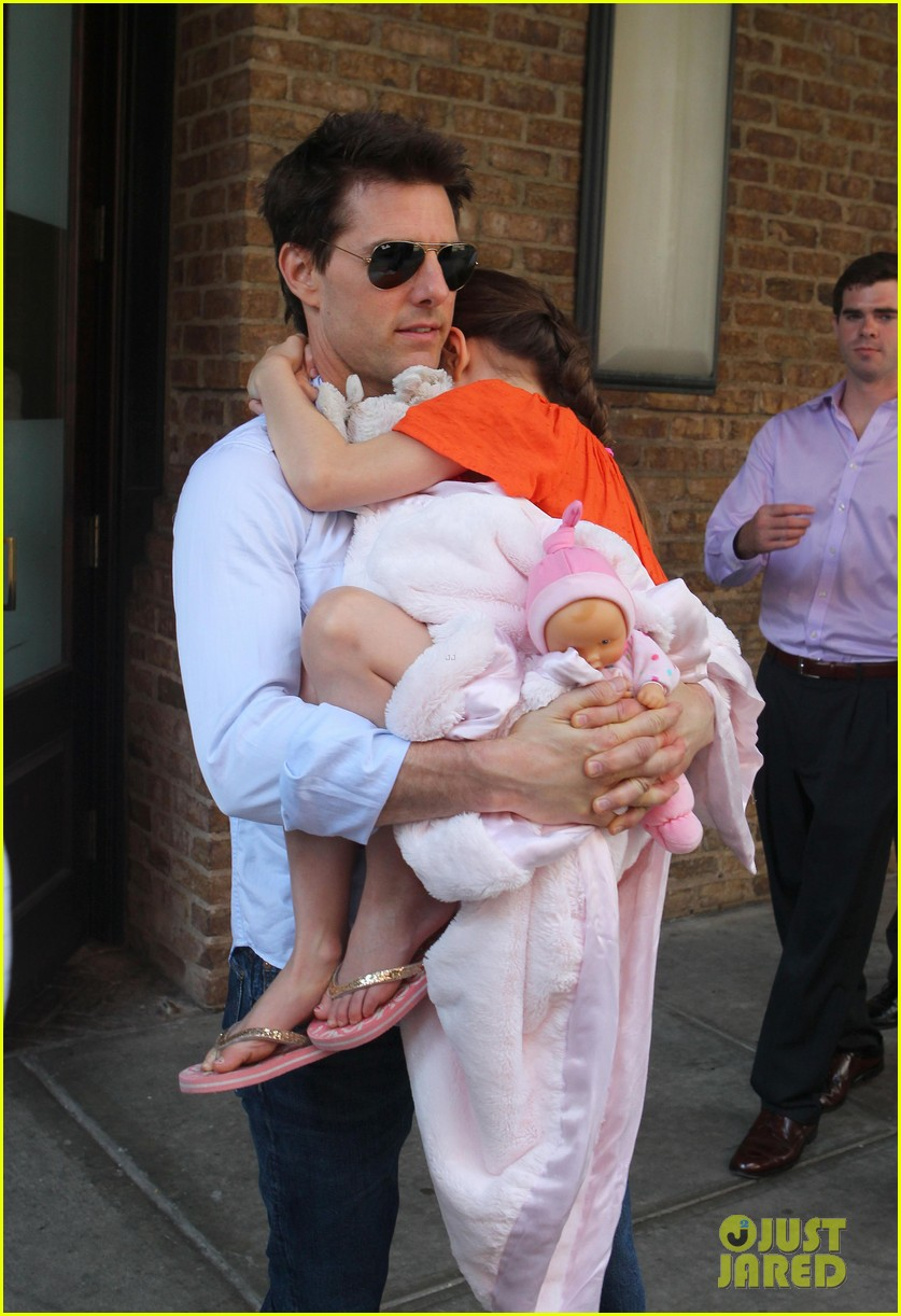 tom cruise suri head to helipad 04