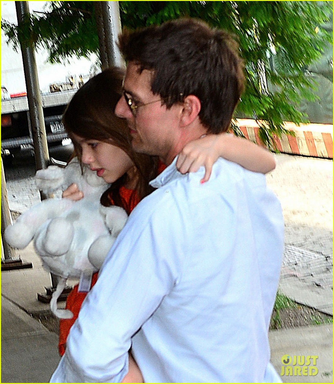 tom cruise visits suri in new york city first pictures 04