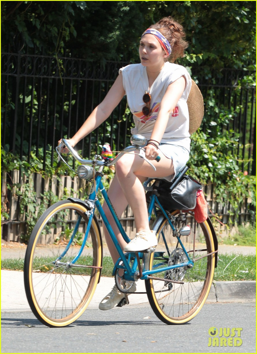 dakota fanning elizabeth olsen big apple bicycles 102683785