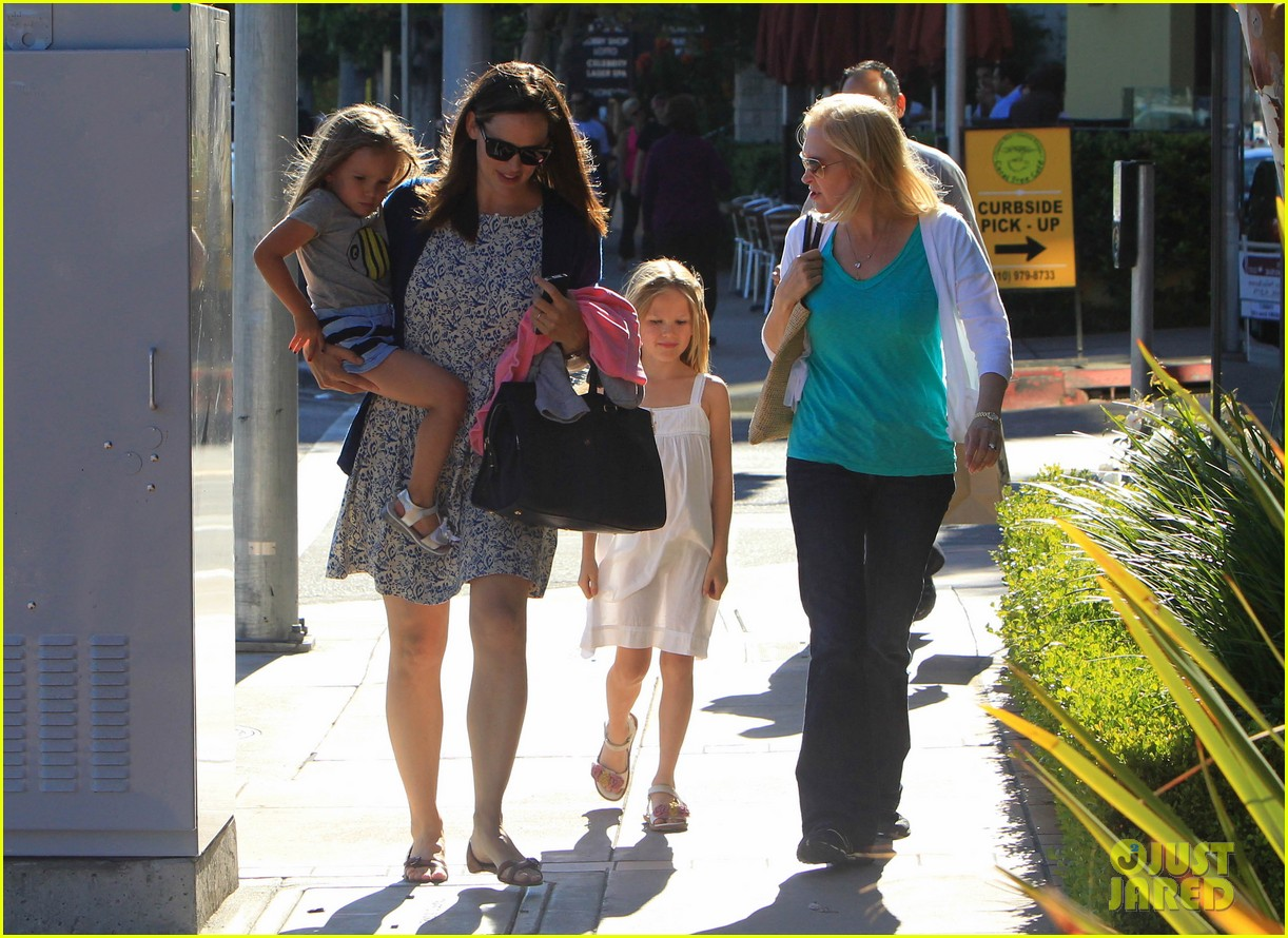 jennifer garner menchies with seraphina 022684807