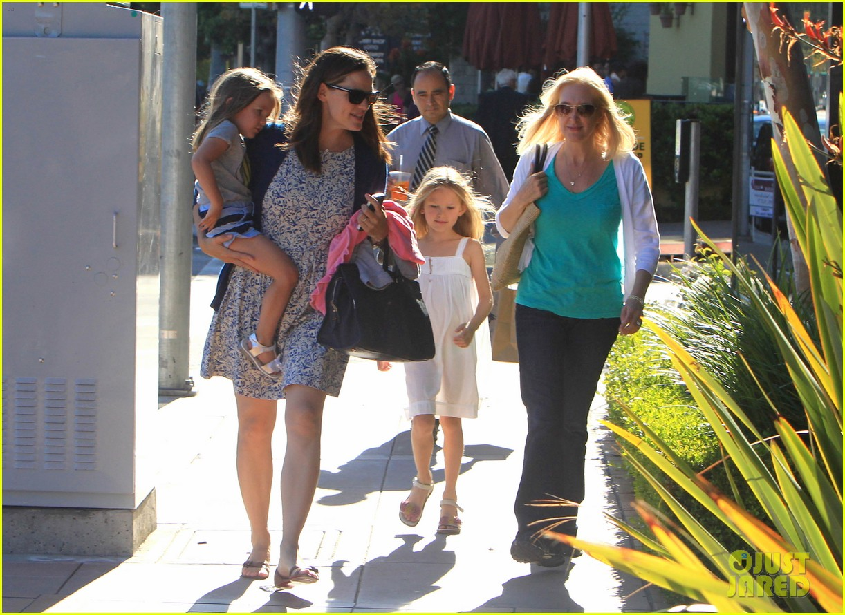 jennifer garner menchies with seraphina 042684809