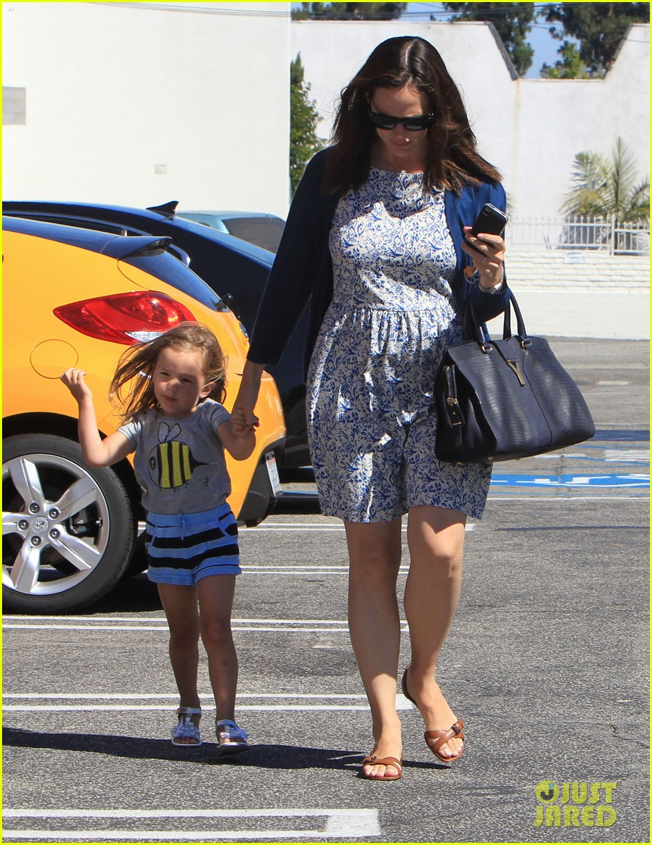 jennifer garner menchies with seraphina 07