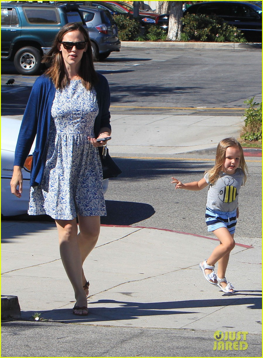 jennifer garner menchies with seraphina 132684818